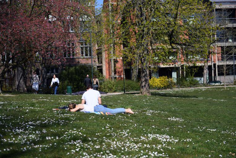 Picknicken of luieren in het stadspark blijft verboden.