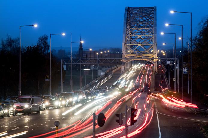 Nederland/Nijmegen: 22-11-2017 Waalbrug in het schemerduisterDgfotoFoto: Bert Beelen