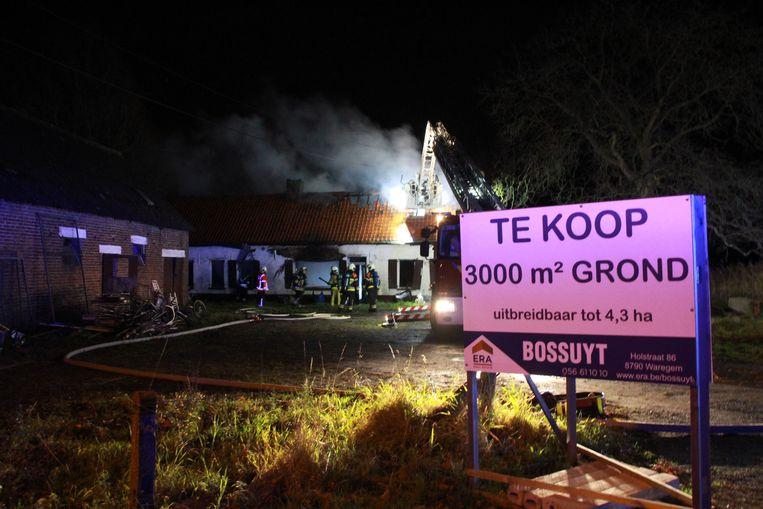 De hoeve in de Vichtseweg, die te koop stond, werd volledig verwoest door de brand.