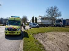 Chauffeur lichtgewond na botsing met bedrijfsauto en vrachtwagen in Roosendaal