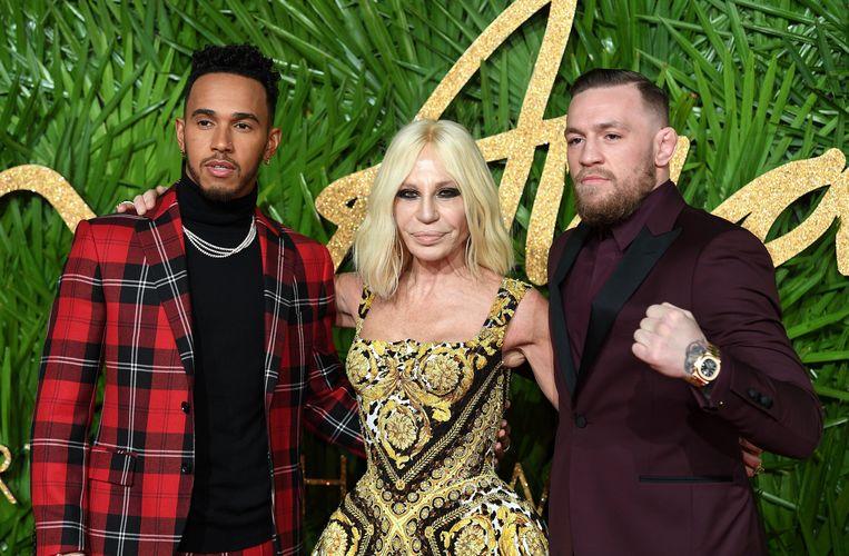 Conor McGregor met Donatella Versace en Lewis Hamilton