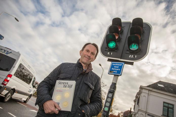 Peter Ribbens schreef een boek met als leidraad de zogenaamde stoplichtmethode.  Mensen zouden vaker zichzelf vragen moeten stellen hoe het in hun leven gesteld is. De vraag die ze dan in zijn ogen moeten stellen: zit ik in het rood, geel of groen?