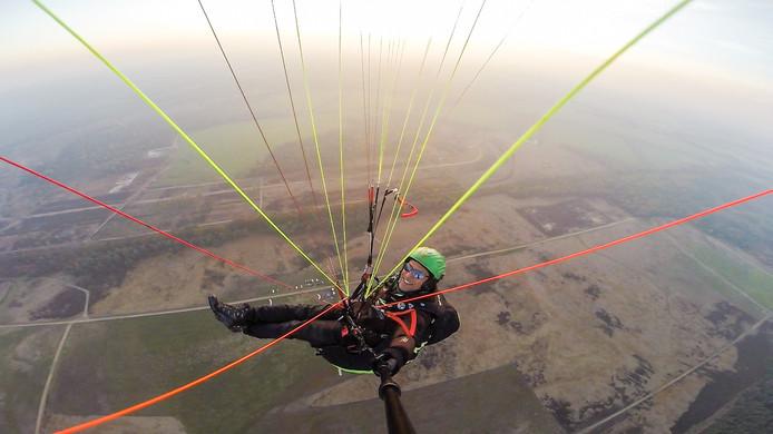 Ortwin Cyrus,instructieteamlid Paragliding Holland, maakt vlak voor zonsondergang een selfie boven de Arnhemse Heide ten noorden van Arnhem, vlak bij Nationaal Zweefvliegcentrum Terlet.