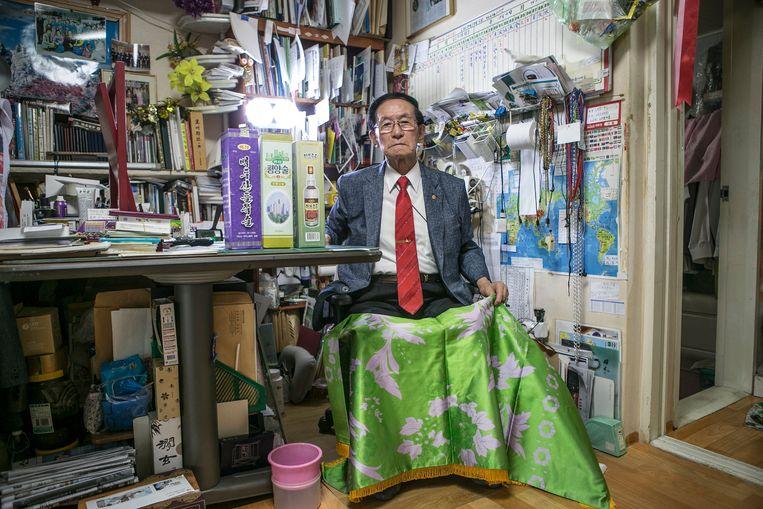 De 91-jarige Yoon Heung-gyu poseert met drie flessen drank en een sprei die hij cadeau kreeg van zijn Noord-Koreaanse familie. Beeld Jean Chung