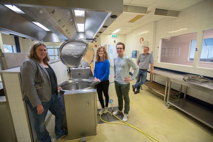 De eerste 'Foodstarters' in Helmond: Maaike, Jeanne en Anton van Trash'ure Taarten. Rechtsachter staat Dirk van Ledden, de verhuurder van de keuken.