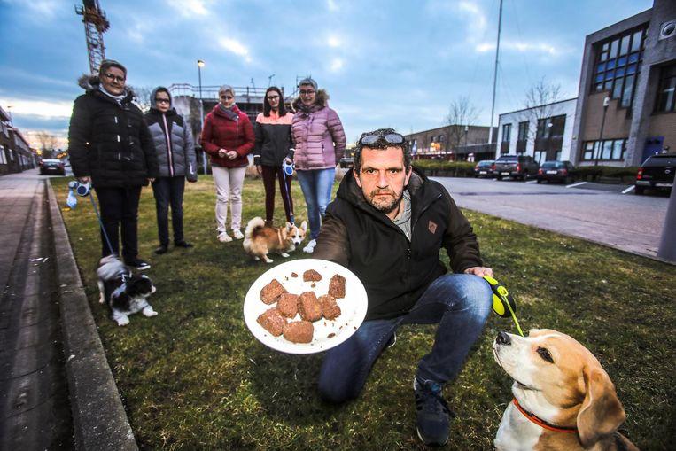 Tony Casier, met de stukjes vlees, en de andere inwoners in het parkje in de Visserstraat.