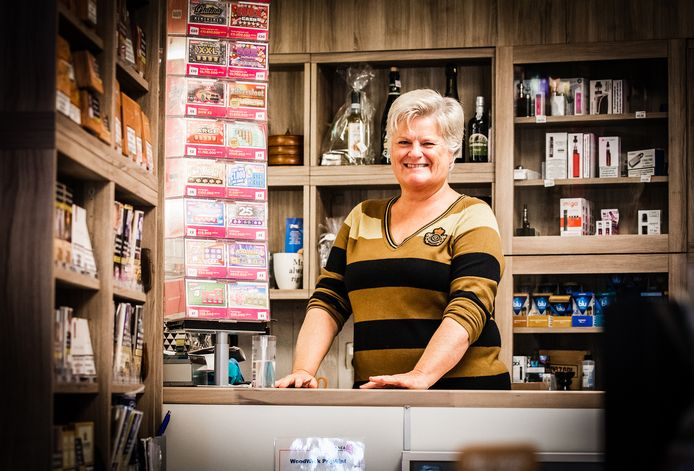 """Jeanette de Man (53) van tabakszaak Tabac & Gifts De Man vindt het geweldig dat een van haar klanten het winnende staatslot  kocht. ,,Je hoopt toch áltijd dat een van je klanten de gelukkige wordt."""""""