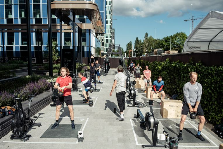 Vondelgym Zuid, aan de Eduard van Beinumstraat, vond buiten genoeg ruimte om zijn klanten daar te laten sporten. Beeld Jakob Van Vliet