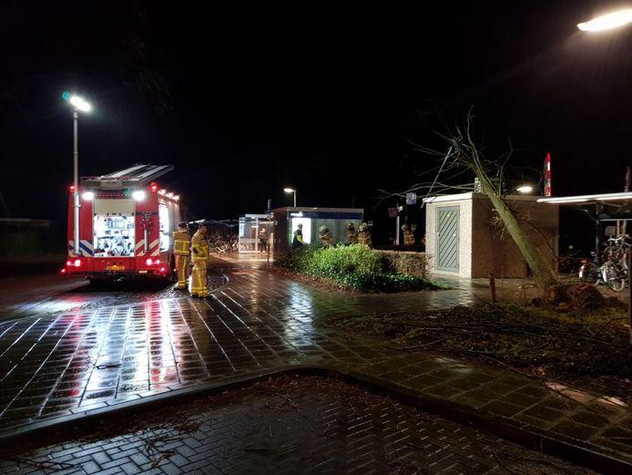 Op de Spoorstraat in Varsseveld is een boom op een stroomverdeelstation gevallen.