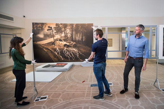 Tom De Smet (R) bij de inrichting van fototentoonstelling. (Den Haag 16-07-20 ) Foto:Frank Jansen