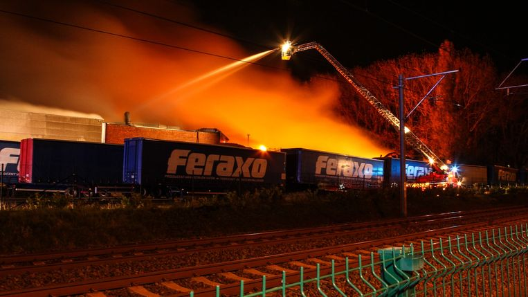 De brandweer kreeg het vuur maar moeizaam onder controle.