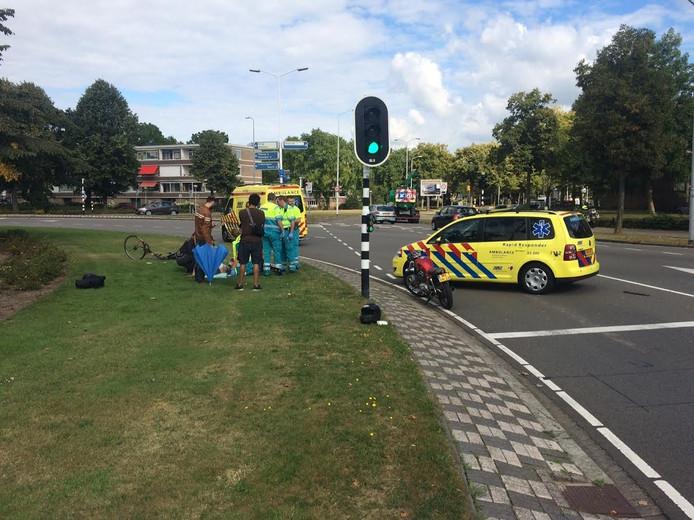 De fietser is met een ambulance naar het ziekenhuis gebracht