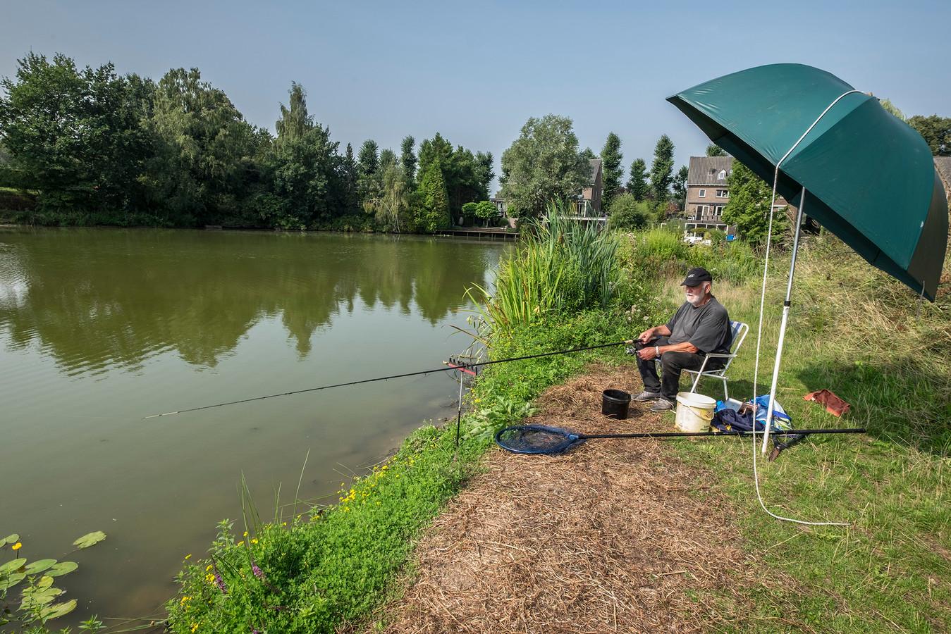 Aan de waterplas tussen de provincialeweg en de Lovendaalsingel in Grave kan gewoon gevist worden.  Gijs van den Heuvel van visclub Grave hoeft niet bang te zijn voor blauwalgen.