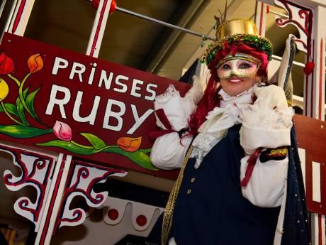 Prinses Ruby infiltreert in het mannencarnaval