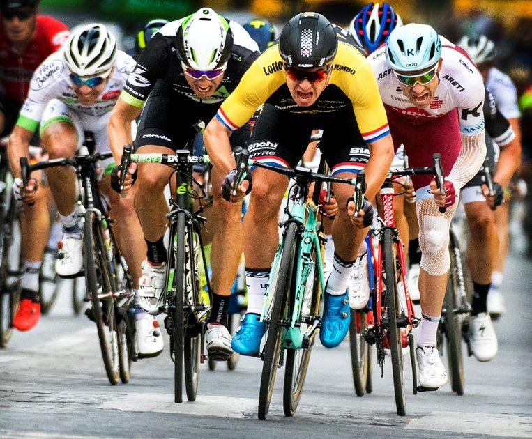 Dylan Groenewegen wint in 2017 de sprint op de Champs-Élysées in Parijs.  Beeld Klaas Jan van der Weij