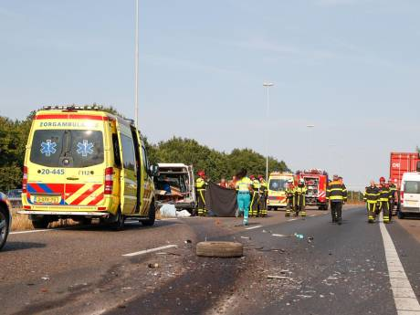 Camper met gezin botst op vrachtwagen op A58 bij Gilze, weg is afgesloten richting Tilburg