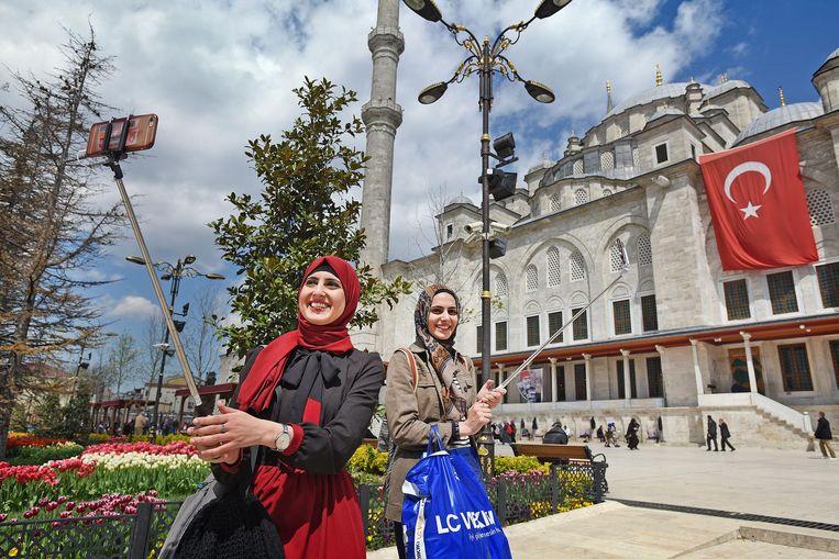 Twee vrouwen fotograferen zichzelf bij de Fatih-moskee in Istanbul. Beeld Guus Dubbelman / de Volkskrant
