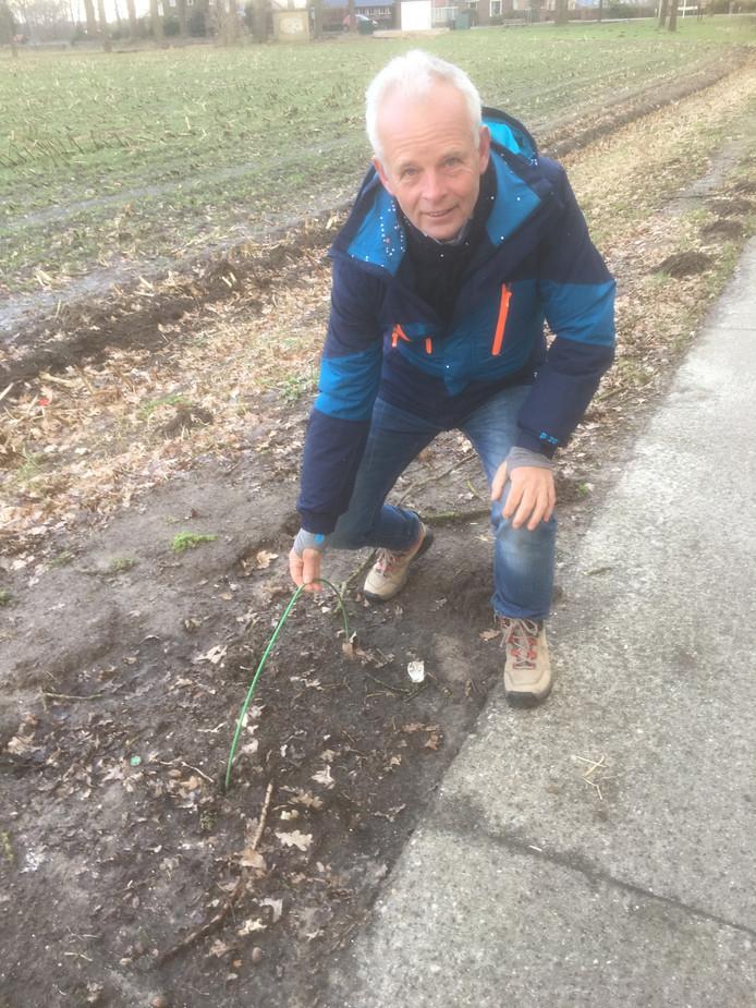 Henny Lammers van SallandGlas toont een locatie waar de kabels boven de grond uit komen.