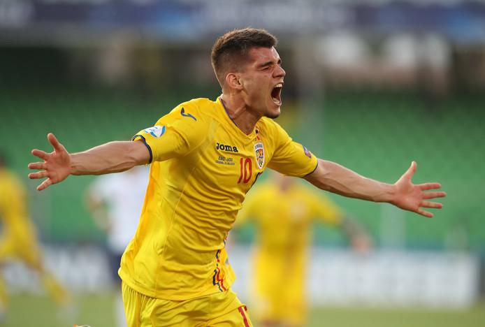 Ianis Hagi juicht na een goal voor Roemenië op het EK onder 21.
