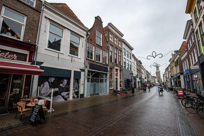 Dichtgeplakte panden door zorgaanbieders. In de Oudestraat is het 'omkatten' van bedrijfspanden al te ver gegaan, vindt de gemeente.