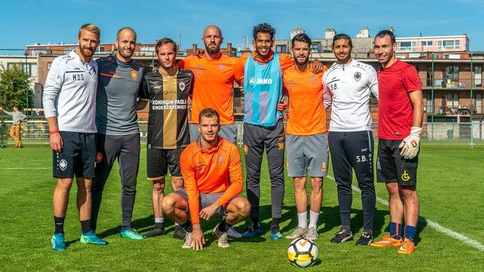 Sam met spelers en technische staf van Antwerp.