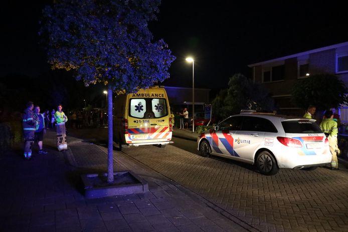Hulpdiensten aanwezig na explosie fles ethanol in Nieuwkuijk.
