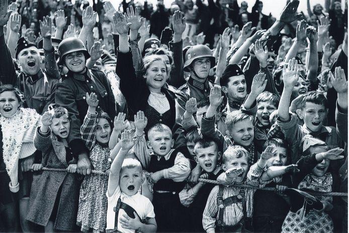 Het creëren van eenheid en saamhorigheid behoorde tot de speerpunten van het partijbeleid. De meest moderne propagandatechnieken werden gebruikt, vaak met in het oog springende kleuren en symbolen, zoals het hakenkruis. De Hitlergroet – vanaf 1933 een verplichte begroeting – was het symbool van een verenigd volk, dat volledig achter haar leider stond.