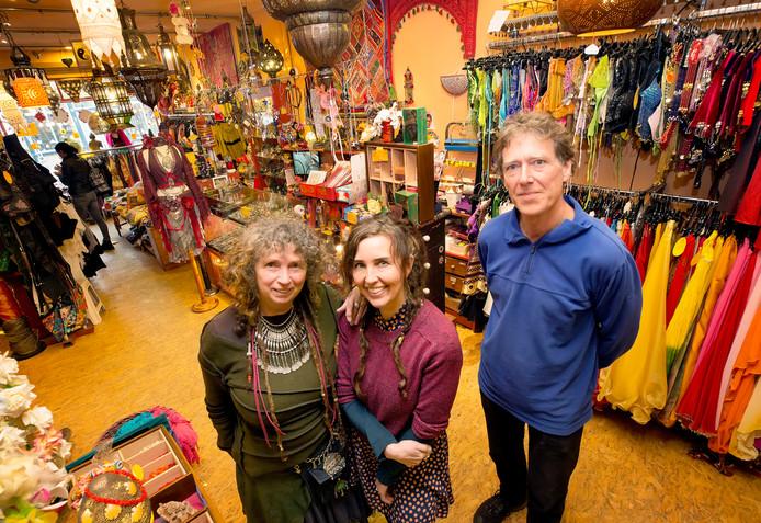 Vlnr: Diny van den Munckhof en Patriz Cornelisse en Ton Kroes in De Pauw, de winkel met exotische spulletjes in de Boschstraat.