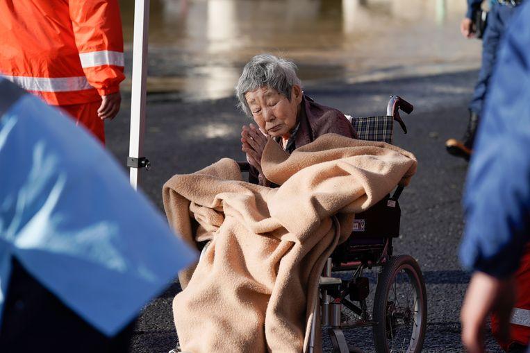 Een oudere Japanse wordt geëvacueerd in de omgeving Nagano. EPA/KIMIMASA MAYAMA Beeld EPA