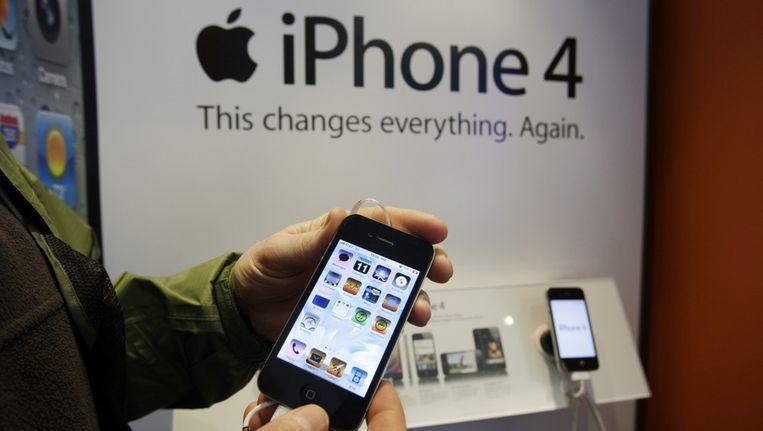 Een klant met een iPhone 4. Beeld ap