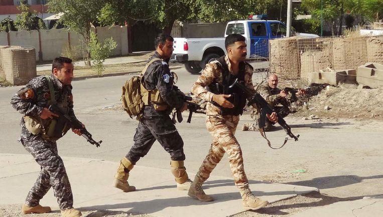 Koerdische Peshmerga's patrouilleren door de straten van Kirkuk, een dag nadat IS is verdreven. Beeld afp