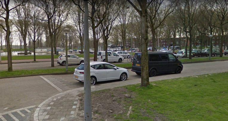 Het Dorus Rijkershof in Nieuw-West valt in een van de buurten waar het stadsdeel betaald parkeren wil invoeren. Beeld Google Streetview