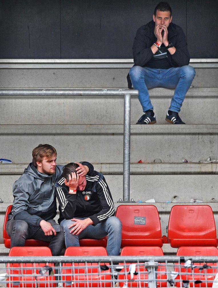 Verdrietige Feyenoord supporters zitten op Woudesteijn. Beeld Foto: Guus Dubbelman / De Volkskrant