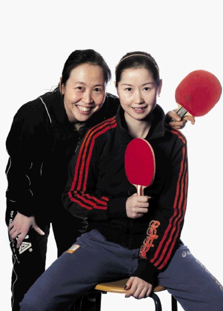 Li Jiao (links) en Li Jie moeten door coach Chen Zhibin naar olympisch niveau worden getild. (FOTO MAARTJE GEELS) Beeld