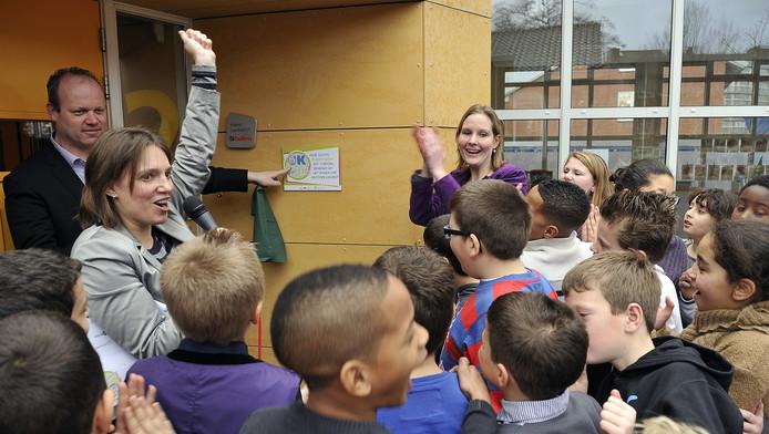 Wethouder Tigelaar reikt een prijs uit voor het fit-programma op de Michaëlschool
