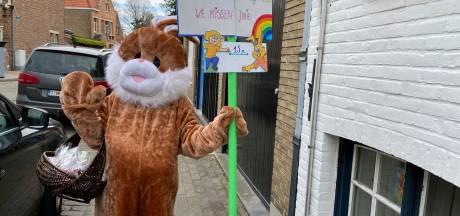 """Juf Ulrike (41) verrast kleuters met bezoek als paashaas: """"Sommige kinderen zaten zelfs te wachten voor het raam"""""""
