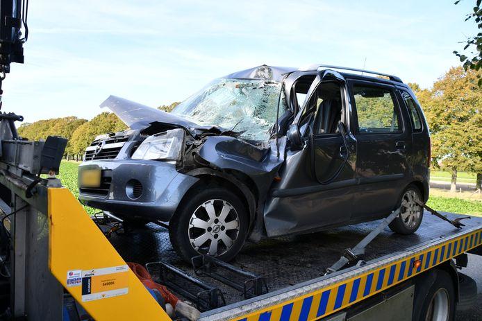 De auto was na de klap niet meer te redden en moest weggetakeld worden.