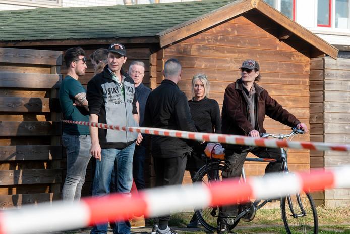 Buurtbewoners komen kijken wat er is gebeurd. Niet lang na de schietpartij in Arnhem.