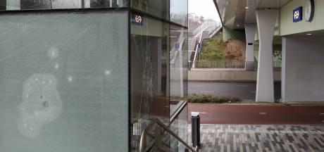 Man (22) uit Nijmegen bewerkt station Goffert van top tot teen met klauwhamer