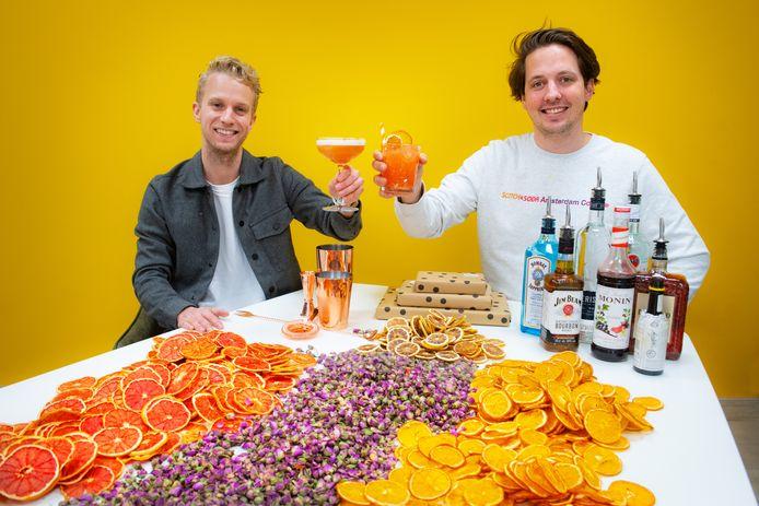 Cocktails per post: Arnhemmers Tim Wildenbeest (l) en Djordi te Nijenhuis versturen doe-het-zelfpakketjes door heel Nederland. De motor van hun horecabedrijf BarCompany staat al enige tijd stil.