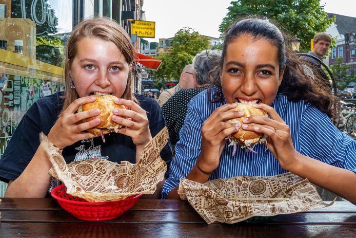"""Lina Boubakker en Jasmijn Rowling eten voor het eerst een ,,krekelburger"""" bij Meneer Smakers in Utrecht."""