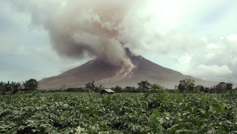 De vulkaan Sinabung barstte in juni van vorig jaar ook uit. 16 mensen lieten daarbij het leven.