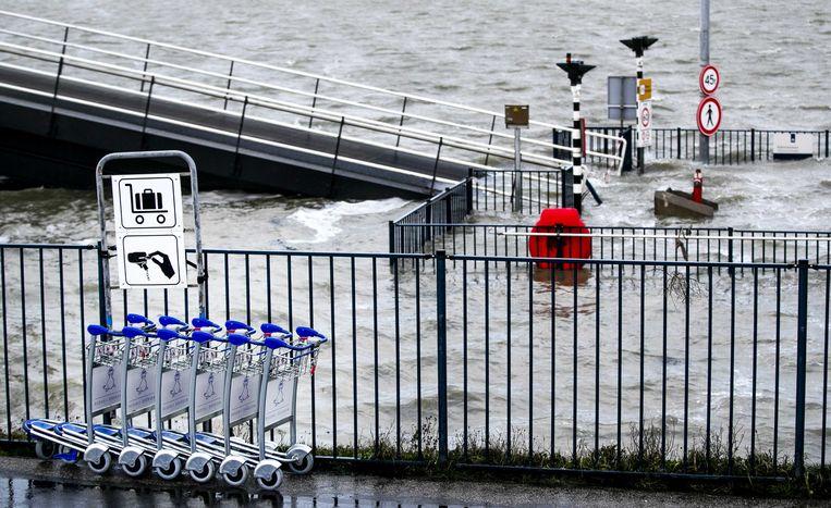 Een bord staat onder water in de haven van Harlingen.  Beeld null