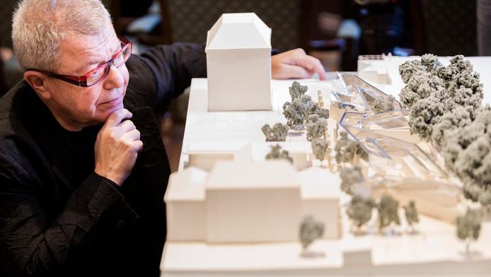 Architect Daniel Libeskind bij de maquette van het ontwerp van het Namenmonument.
