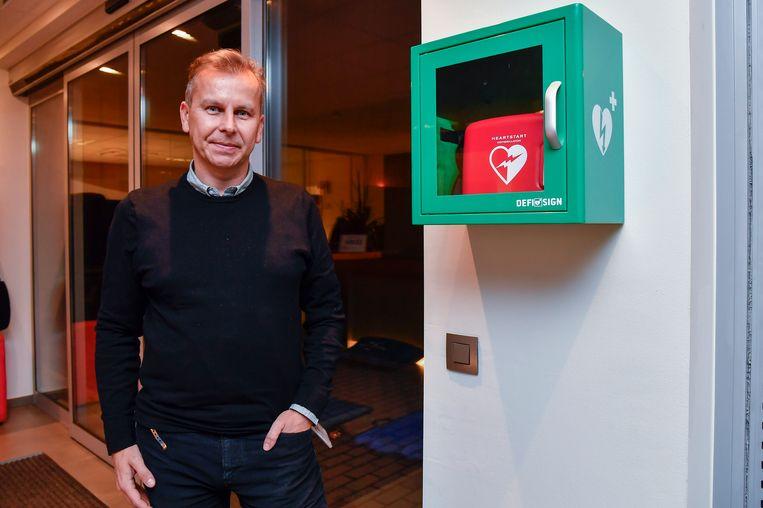 Zaakvoerder Mario Van de Voorde stelt het AED-toestel ook ter beschikking van andere bedrijven.