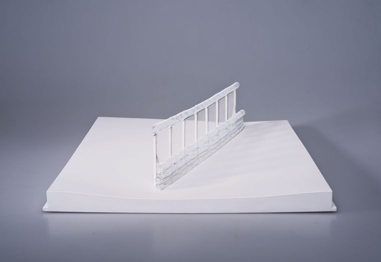 Model of a reinforced border between France and the Eurotunnel terminal, uit de serie The Clinch: New Architecture of European Borders, 2016/2017, door  Łukasz Skąpski.  Beeld Łukasz Skąpski, Krakow Photomonth Festival