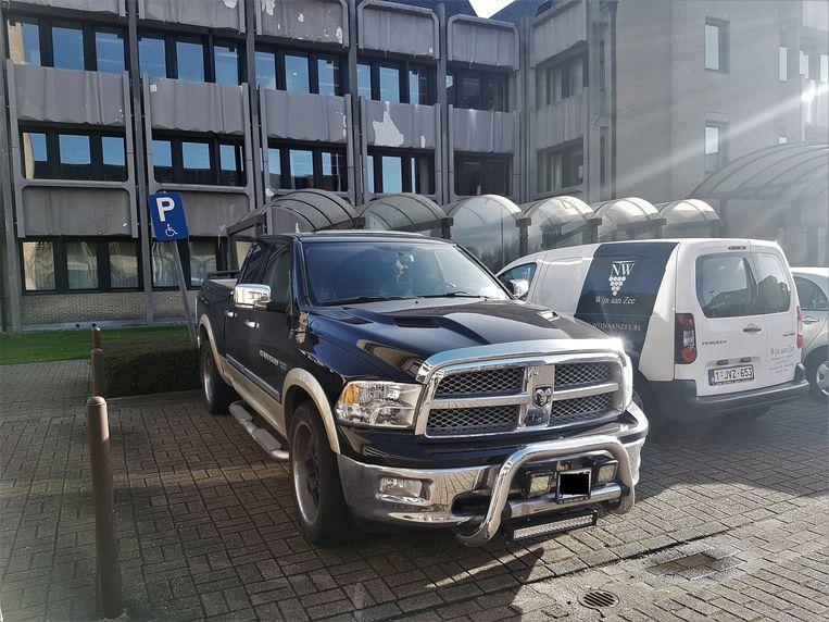 De Dodge Ram staat niet-reglementair geparkeerd voor het gerechtsgebouw in Veurne.