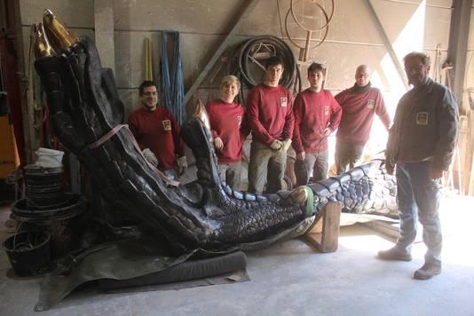 Het team van bronsgieter Van Geert is trots op de reusachtige kippenpoot.
