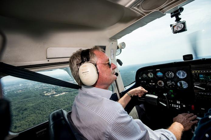 Piloot Gerard Riensema vliegt vanaf Teuge om eventuele bosbranden op de Veluwe te ontdekken.