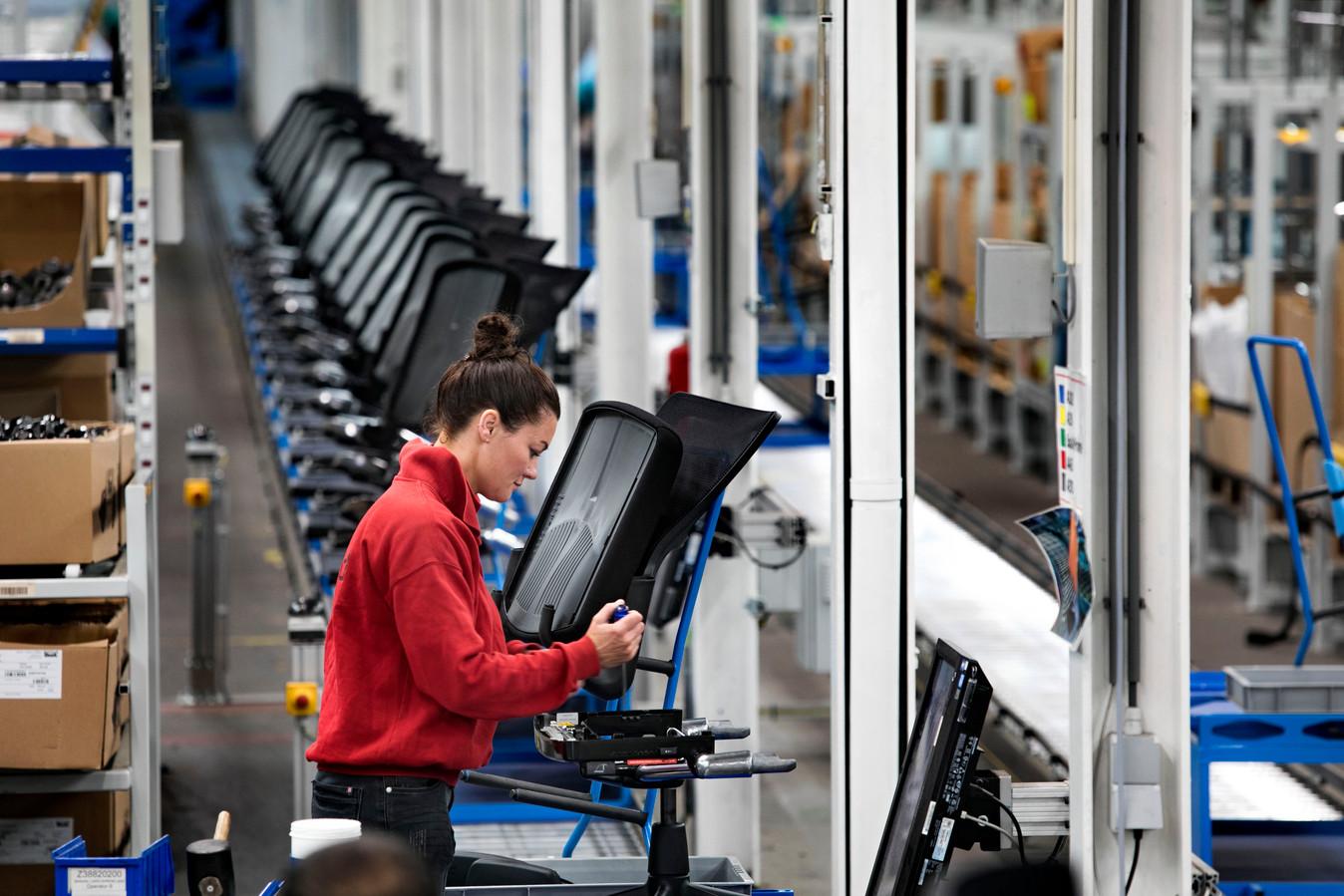 De productie van stoelen in Sint-Oedenrode is grotendeels geautomatiseerd.